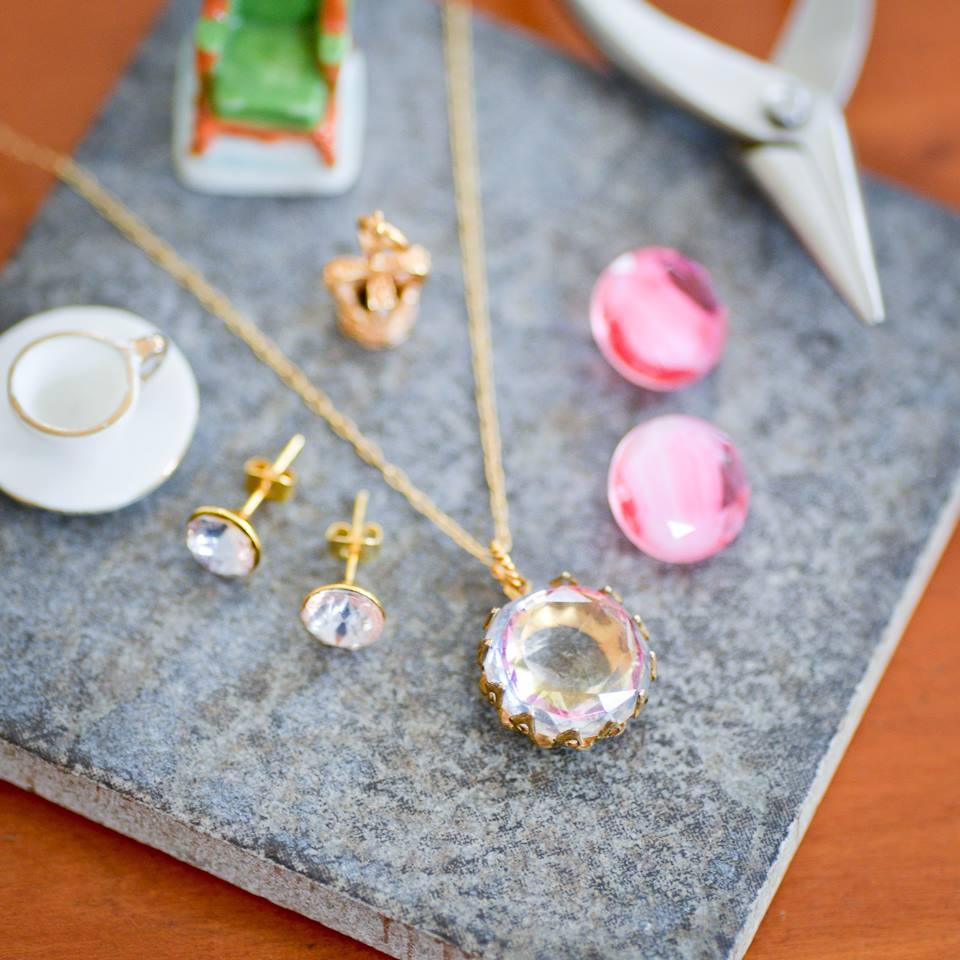 ピンク系ストーンと金具